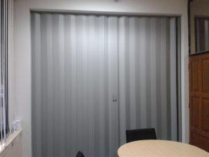 pintu penyekat ruangan